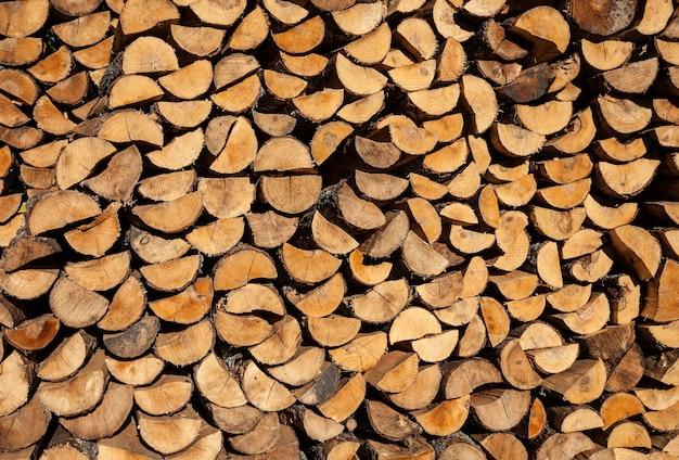 Kupie kłody drewna