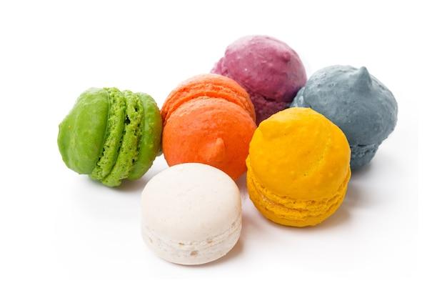 Kupie kolorowe beza ciasteczka na białym tle