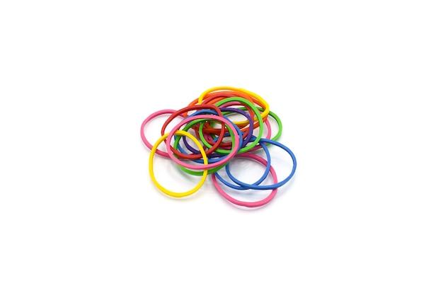 Kupie kolorowe gumki na białym tle