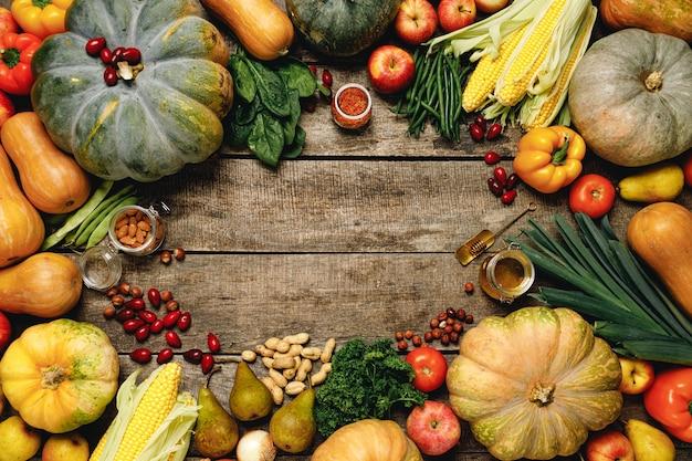 Kupie kolorowe owoce i warzywa na drewniane tła widok z góry