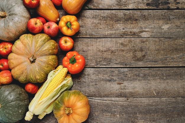 Kupie kolorowe owoce i warzywa na podłoże drewniane