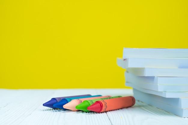 Kupie książki i kolorowe kredki woskowe kredki