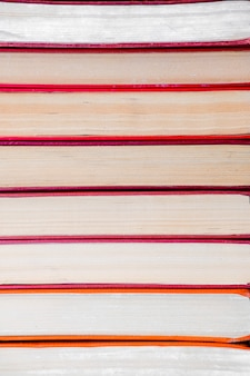 Kupie książki pomarańczowy papier w stylu vintage w twardej oprawie. jesienna lista do czytania.