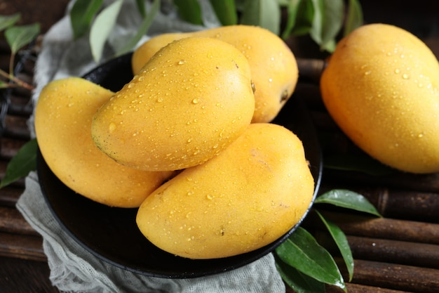 Kupie mango w misce z bliska