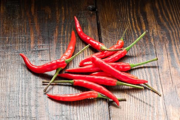 Kupie meksykańskie papryki chili na drewnianym stole