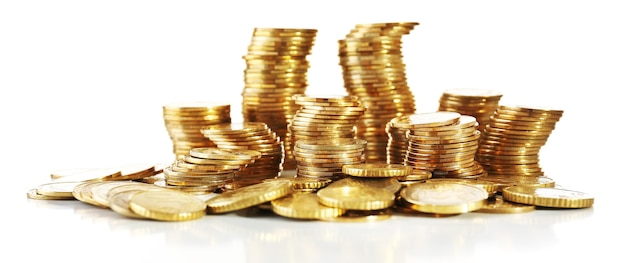 Kupie monet na białym tle