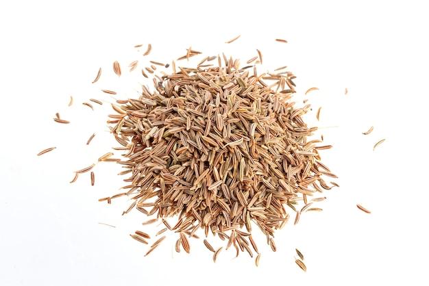 Kupie nasiona kminku na białej powierzchni