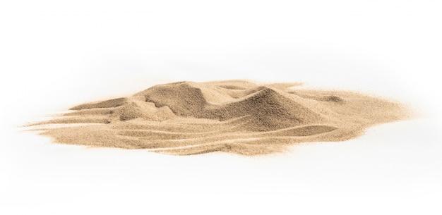 Kupie piasek na białym tle