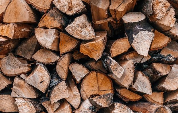 Kupie posiekane drewno na ogień przygotowane na zimę