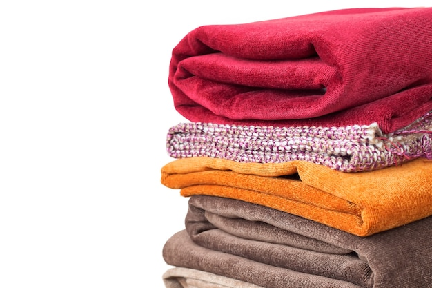 Kupie składane tkaniny, na białym tle. kupa tkaniny
