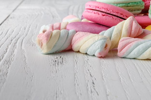 Kupie słodycze na rogu stołu