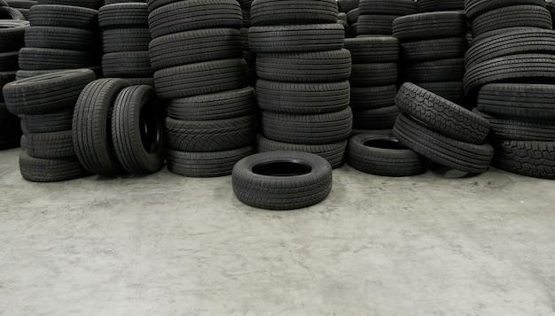 Kupie stos opon w magazynie czeka na transport do dystrybutorów, nowy produkt opon samochodowych w fabryce produkcyjnej