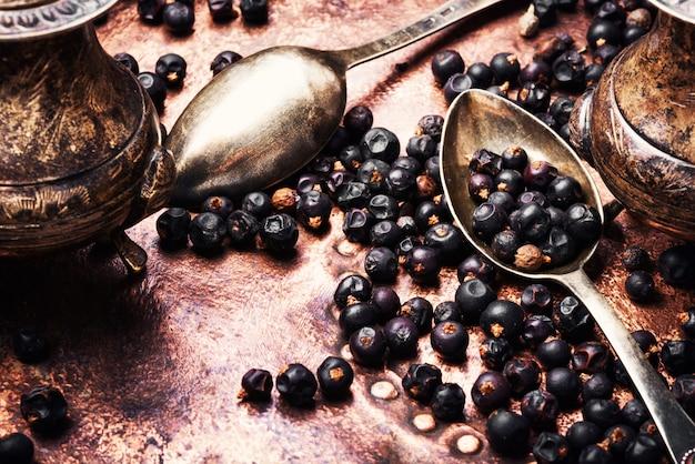 Kupie suche jagody jałowca