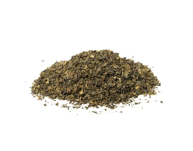 Kupie suchej zielonej herbaty odizolowane, z bliska
