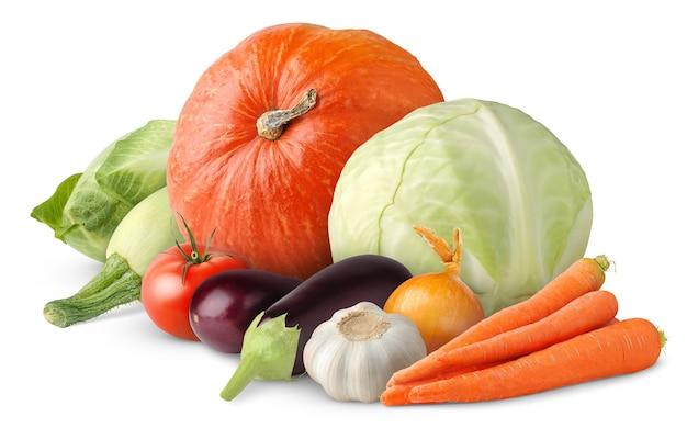 Kupie surowe warzywa na białym tle