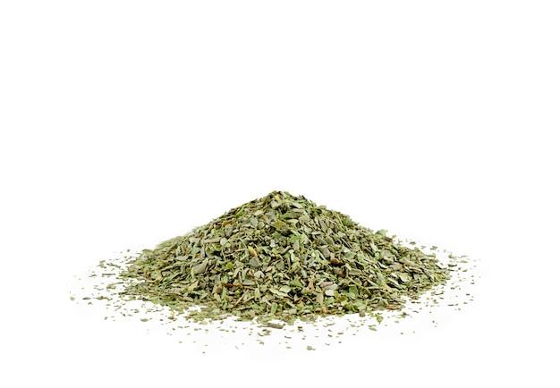 Kupie suszone liście oregano na białym tle. wysokiej jakości zdjęcie