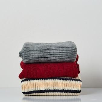 Kupie swetry z dzianiny, szaliki, pulowery