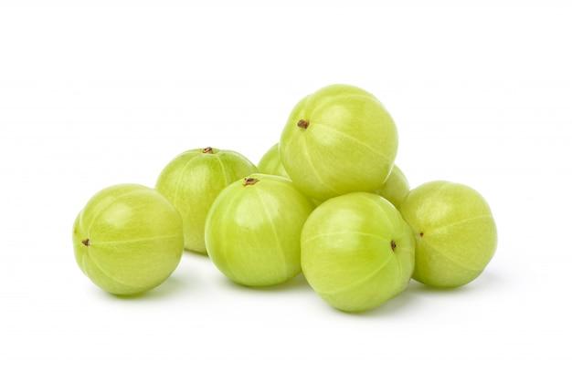 Kupie świeże owoce agrestu indyjskiego samodzielnie na białym tle.