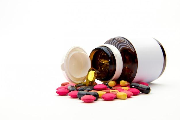 Kupie tabletkę leku i kapsułkę witaminy. koncepcje medyczne i chorobowe.