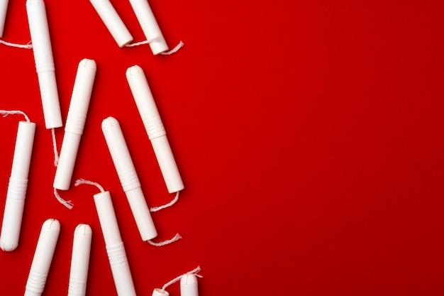 Kupie żeńskie tampony na czerwono