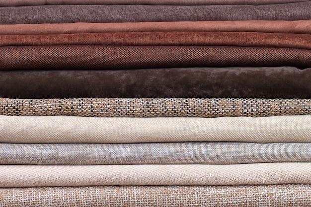 Kupie złożone kolorowe tkaniny. kupa tkaniny