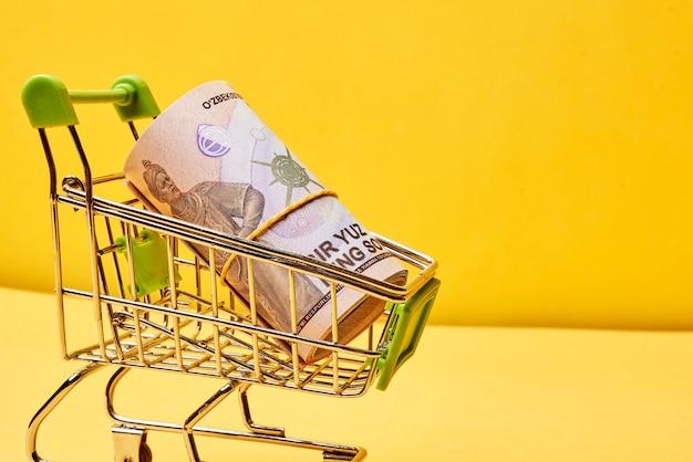 Kupowanie uzbeckich sum koszyk i uzbeckie pieniądze uzbeckie pieniądze i wymiana w dolarach amerykańskich
