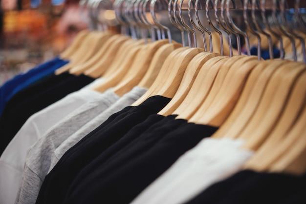 Kupuj ubrania, sklep z ubraniami na wieszaku w nowoczesnym butiku sklepowym