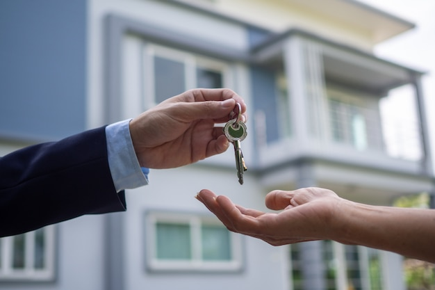 Kupujący biorą klucze od sprzedających. sprzedaj swój dom, wynajmij dom i kupuj pomysły.