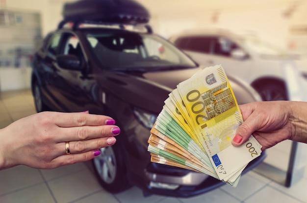 Kupujący daje sprzedającemu euro na zawarcie umowy kupna lub leasingu samochodu.