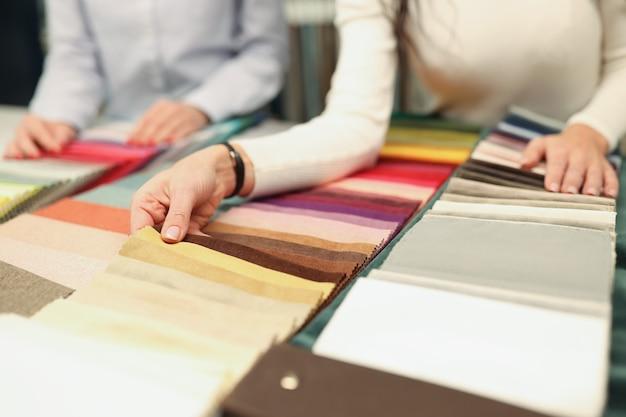 Kupujący i sprzedawca wybierają kolor niestandardowej koncepcji krawiectwa tkaniny