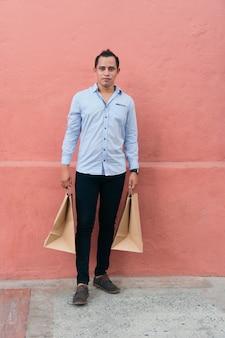 Kupujący z torbami na prezenty idąc ulicą miasta.