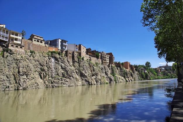 Kura rzeka w tbilisi mieście, gruzja