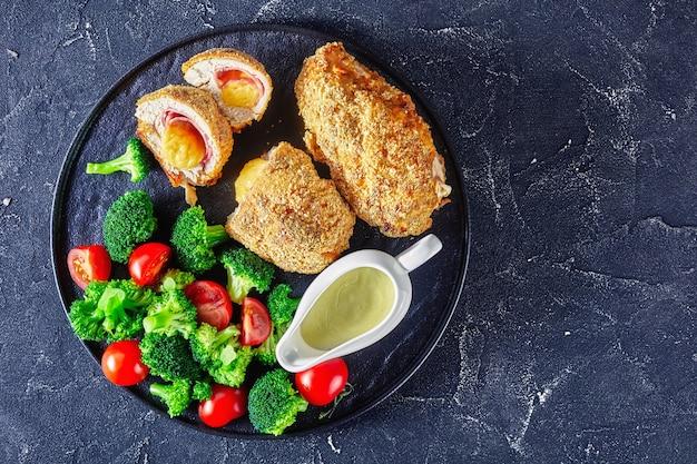 Kurczak cordon bleu z brokułami i pomidorami