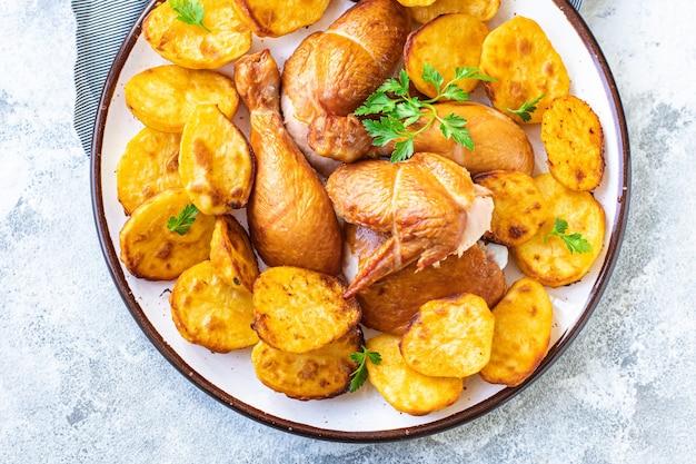 Kurczak i ziemniaki smażone mięso, pieczone warzywa pieczone kawałki drobiu ekologiczne, pełnowartościowe danie na stole