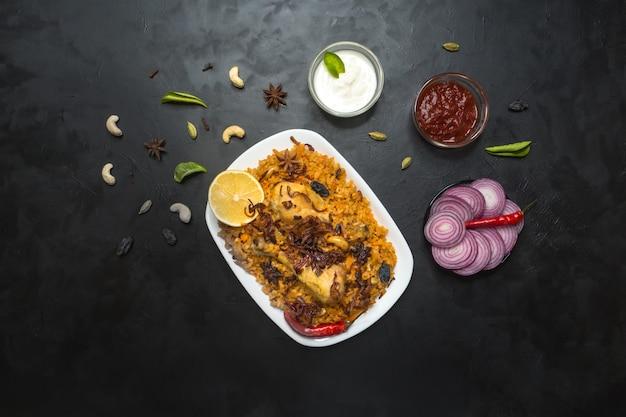 Kurczak makbous al-thahera, tradycyjne jedzenie w regionie arabskim. jedzenie na bliskim wschodzie.