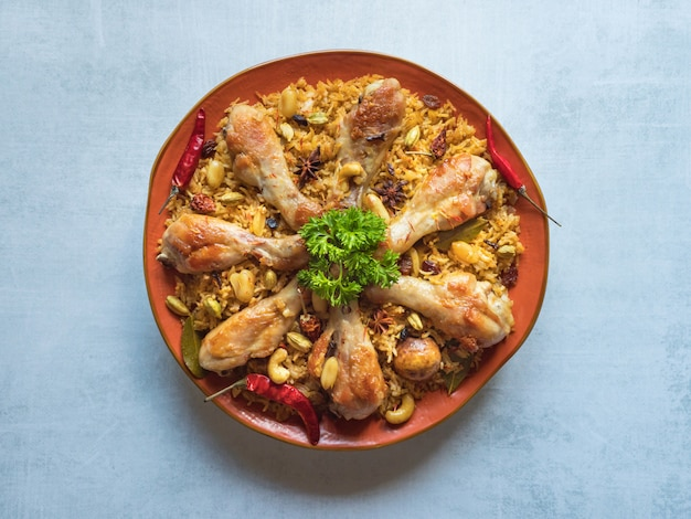 Kurczak makbous al-thahera, tradycyjne jedzenie w regionie arabskim.