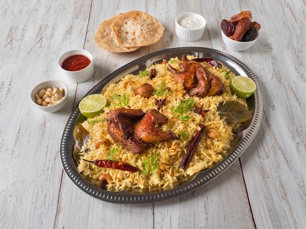 Kurczak mandi z datami na drewnianym stole. kuchnia arabska.