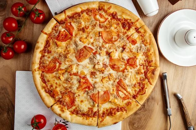 Kurczak pizza pomidorowy ser widok z góry