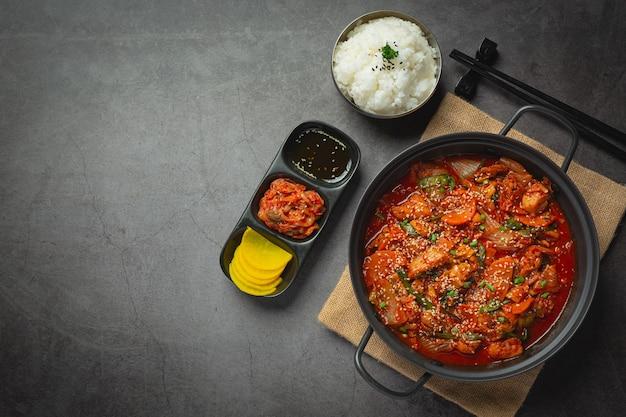 Kurczak smażony w gorącym garnku z ostrym sosem po koreańsku