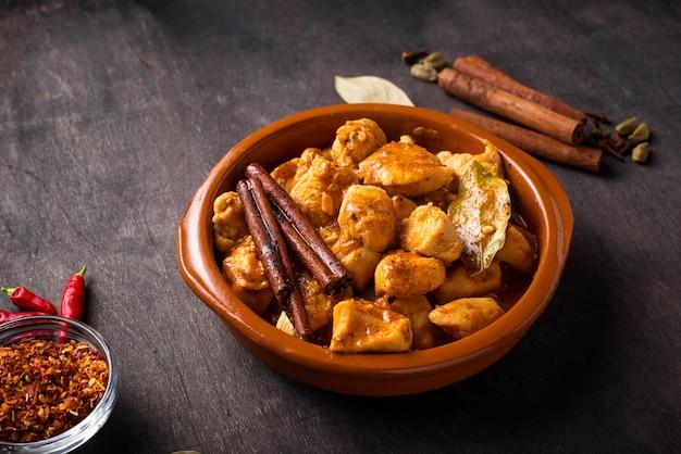 Kurczak tikka masala. tradycyjne danie indyjskie. selektywna ostrość