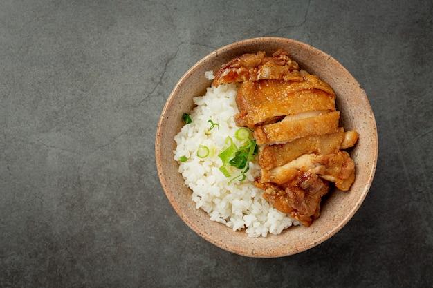 Kurczak toriyaki na ciemnej powierzchni
