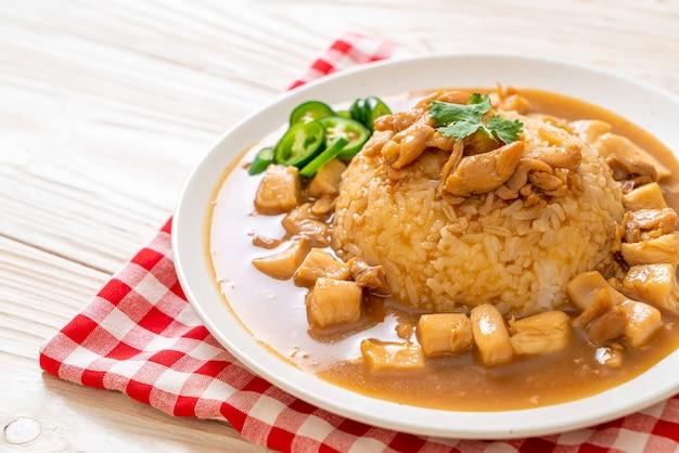 Kurczak w brązowym sosie lub sosie pieczeniowym z ryżem - po azjatycką kuchnię