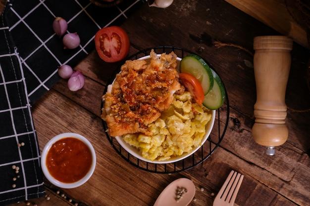 Kurczak w misce ryżu chrupki