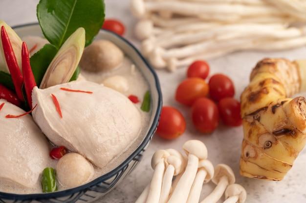 Kurczak w zupie z mleka kokosowego, galangowej trawy cytrynowej i tajskim jedzeniu chilli.