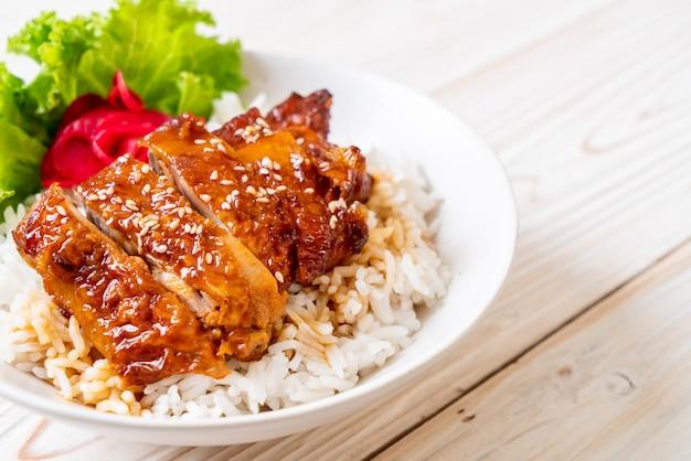Kurczak z grilla z sosem teriyaki na ryżu