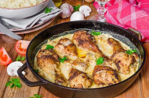 Kurczak z pieczarkami w sosie śmietanowym. styl rustykalny.