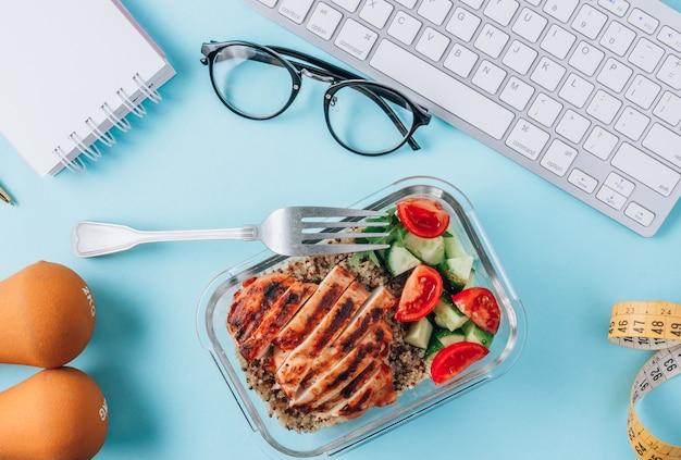 Kurczak z sałatką na biurku w pracy