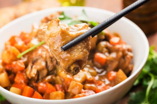Kurczak z ziemniakami i marchewką w curry,