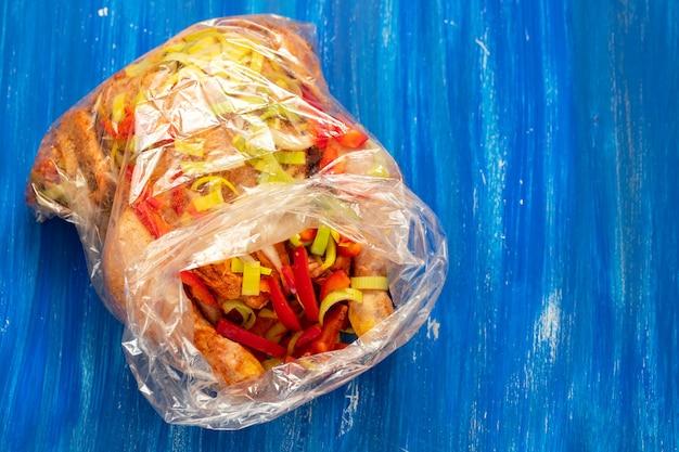 Kurczak z ziołami, papryką, cebulą w torebce foliowej dla kucharza