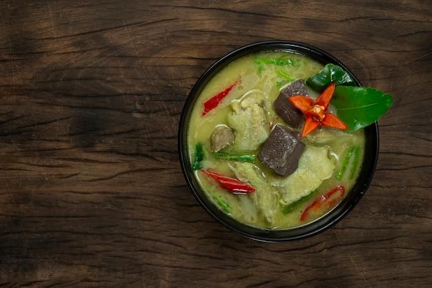 Kurczak zielone curry z mlekiem kokosowym słodkie i pikantne smaczne tajskie jedzenie